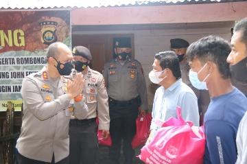 Kapolda Jambi Berikan Paket Sembako Bagi Warga SAD