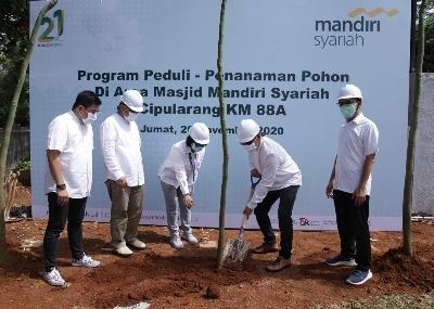 Lestarikan Lingkungan Hidup, Mandiri Syariah Tanam 1000 Pohon di Area Masjid Tol Cipularang