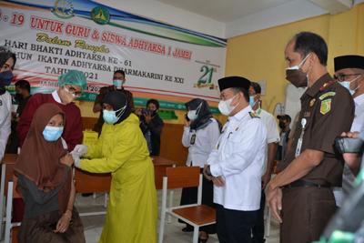 Siswa SMA Divaksinasi, Gubernur Jambi Harapkan Kekebalan Tubuh Terbentuk